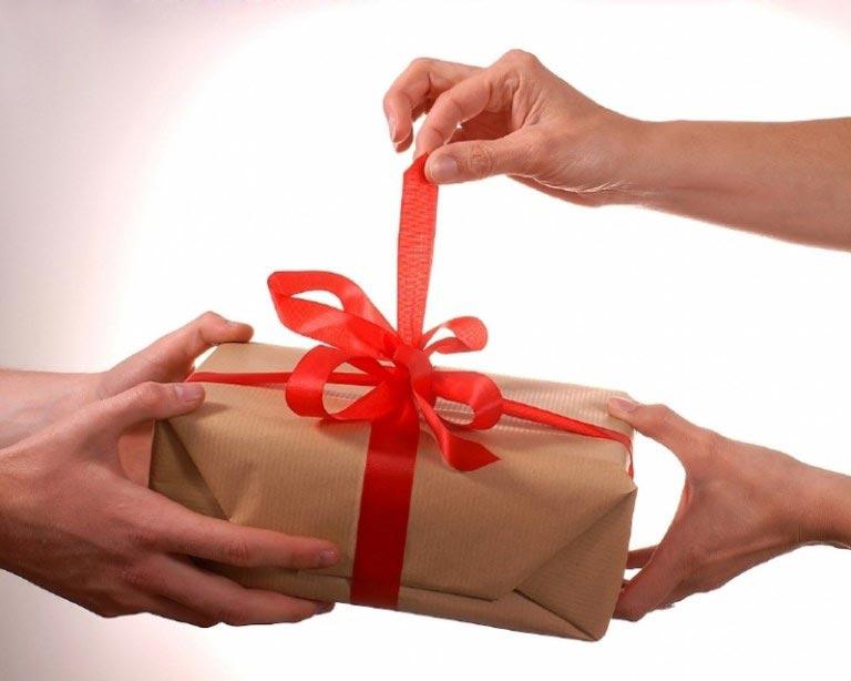 Пусть юбилярша не боится открывать подарок-сюрприз. Фото с сайта ladyspecial.ru