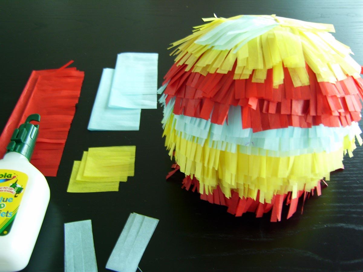 Украсьте пиньяту по своему вкусу. Фото с сайта www.bunchfamily.ca
