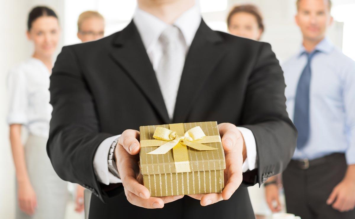 Статусные подарки в этом возрасте к месту. Фото с сайта ideya-prazdnika.ru