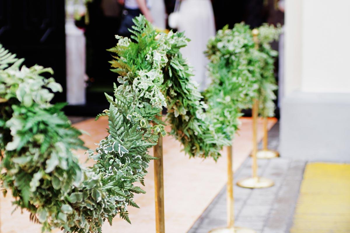 Живые цветочные гирлянды. Фото с сайта nevesta.info