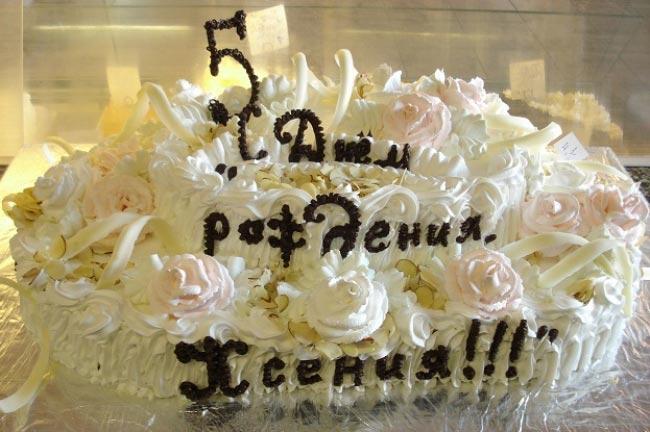 Объемная надпись на торте. Фото с сайта www.tort-na-zakaz.ru