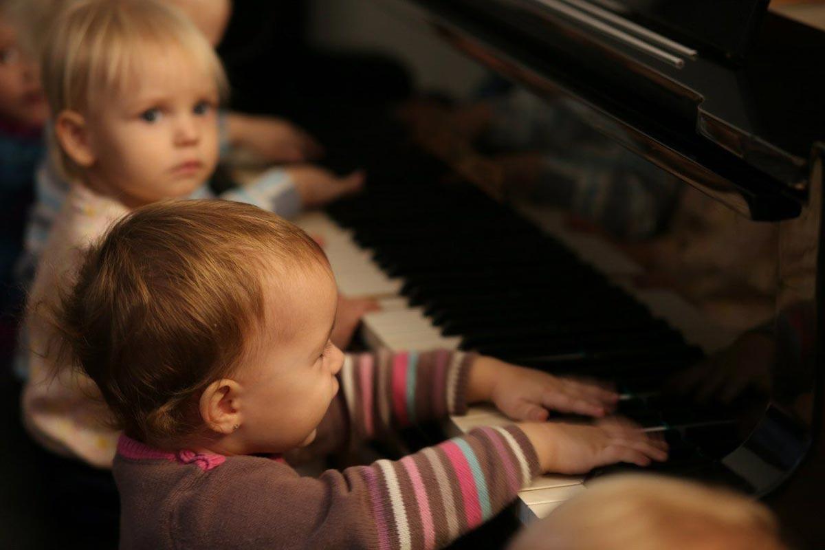 Пусть малыши исполнят свою первую музыкальную композицию. Фото с сайта gorodmus.ru
