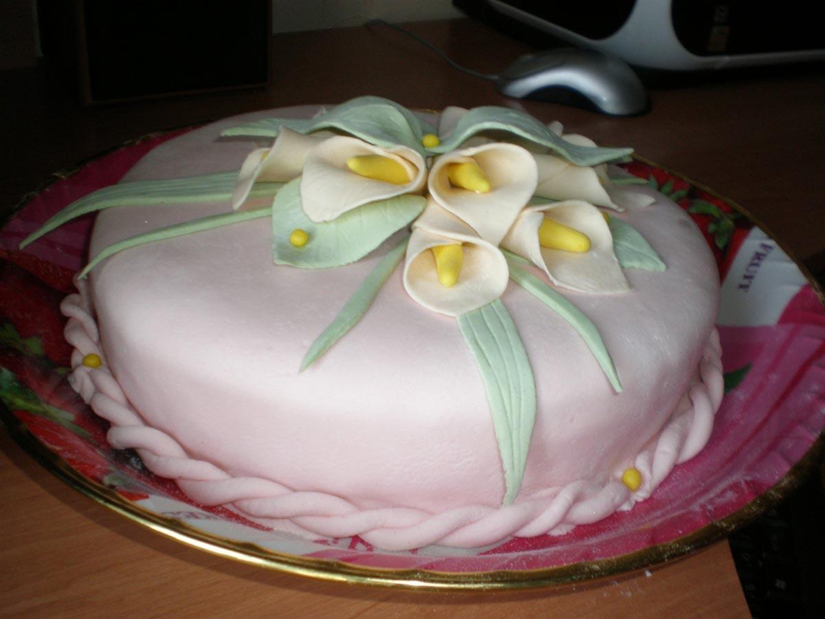 Торт, обтянутый и украшенный мастикой. Фото с сайта piccy.info