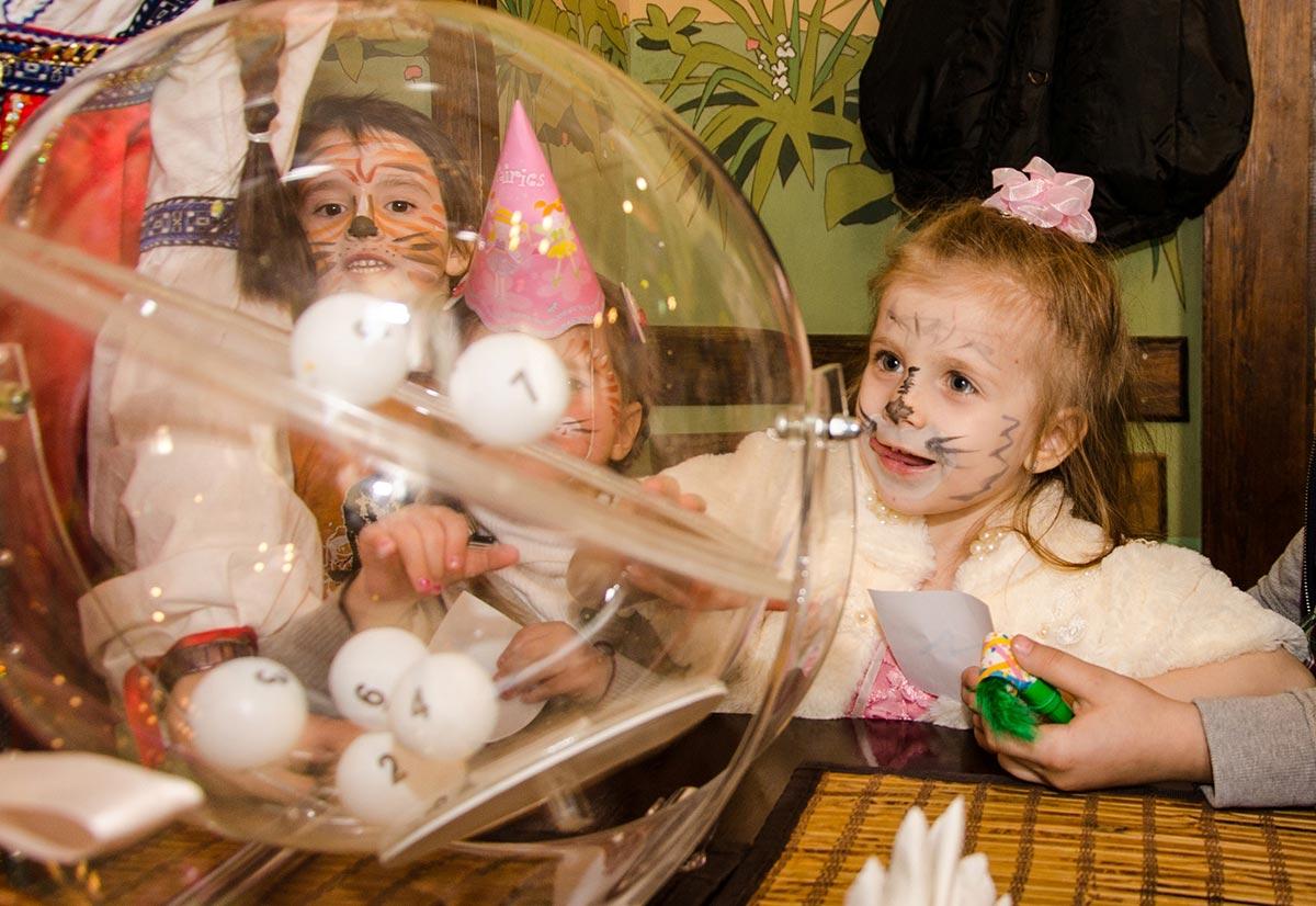 Предоставьте детям возможность вытянуть шары. Фото с сайта chudograd.ru
