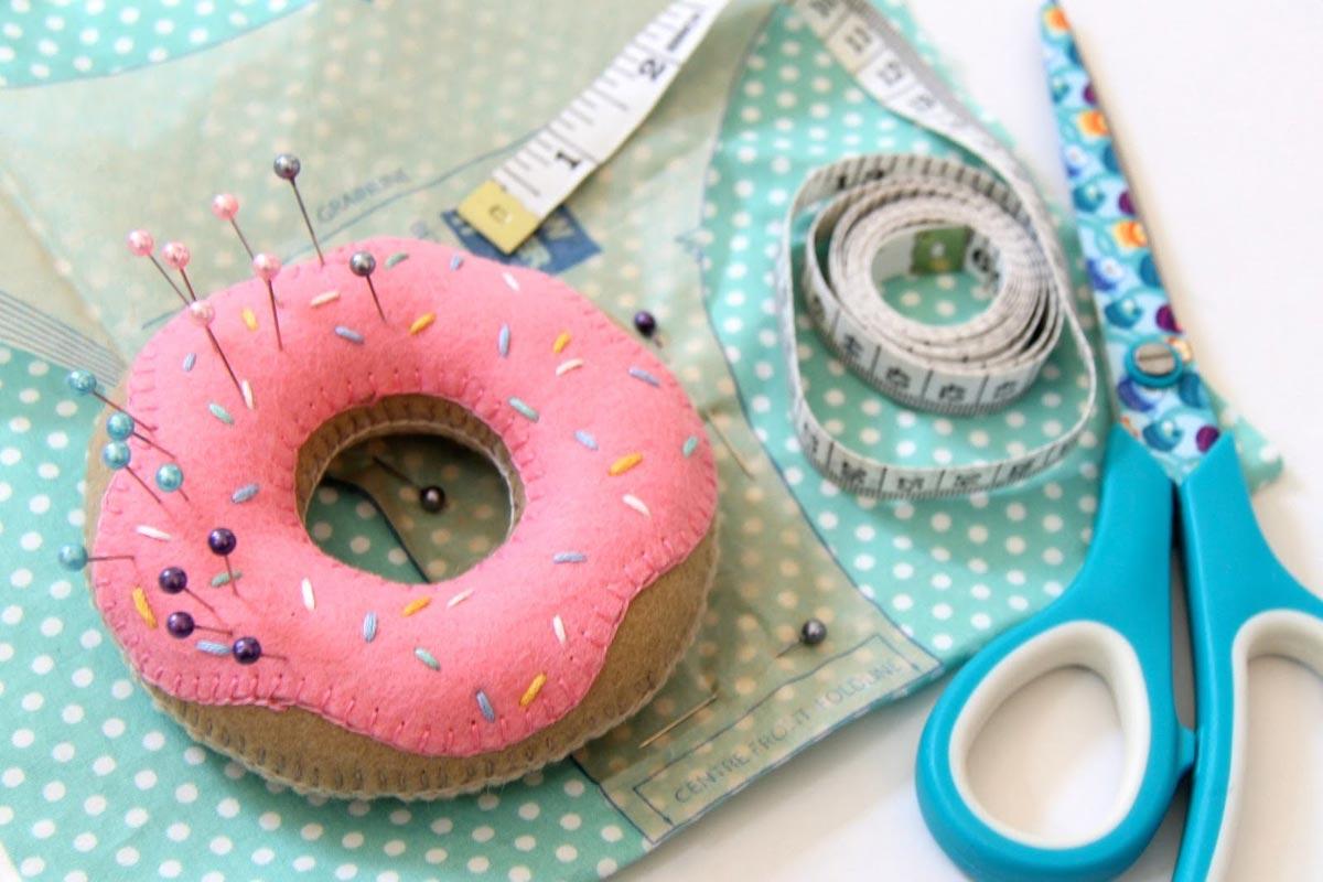 Полезные в рукоделии вещи. Фото с сайта felt-doughnut-pin-cushion