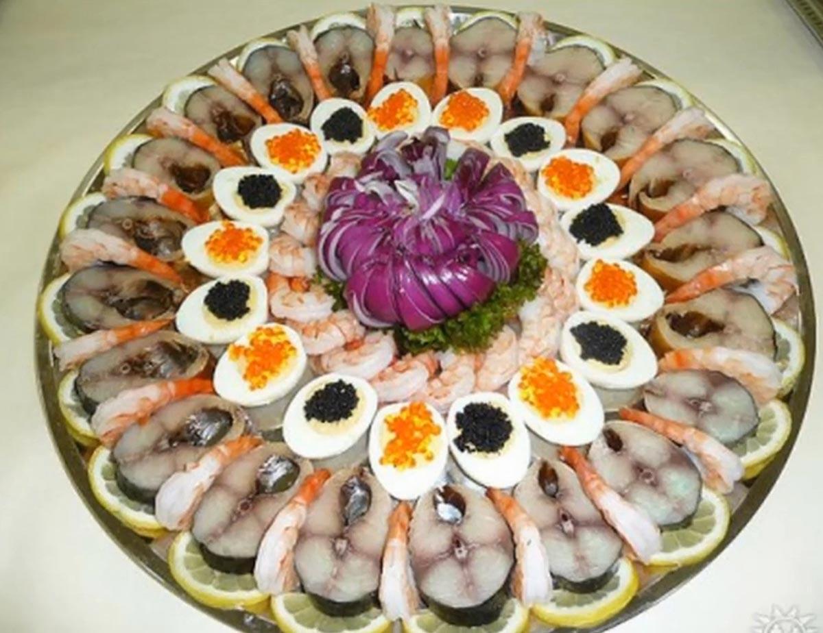 Нарезка из копченой рыбы и морепродуктов. Фото с сайта usadyba9.ru