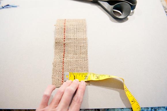 Нарежьте мешковину. Фото с сайта fabyoubliss.com