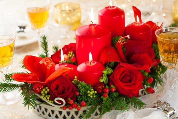 Алые свечи подчеркнут атмосферу праздника. Фото с сайта fleurs-de-cravant.votrefleuriste.fr
