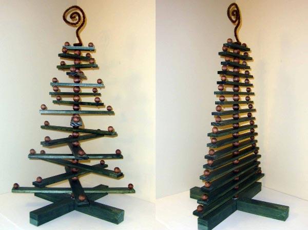 Креативная елочка будет радовать глаз не один год. Фото с сайта furniteka.com