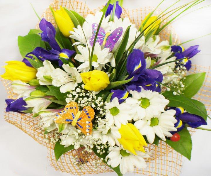 Ирис хорошо сочетается со многими весенними цветами. Фото с сайта santalina-ekb.ru