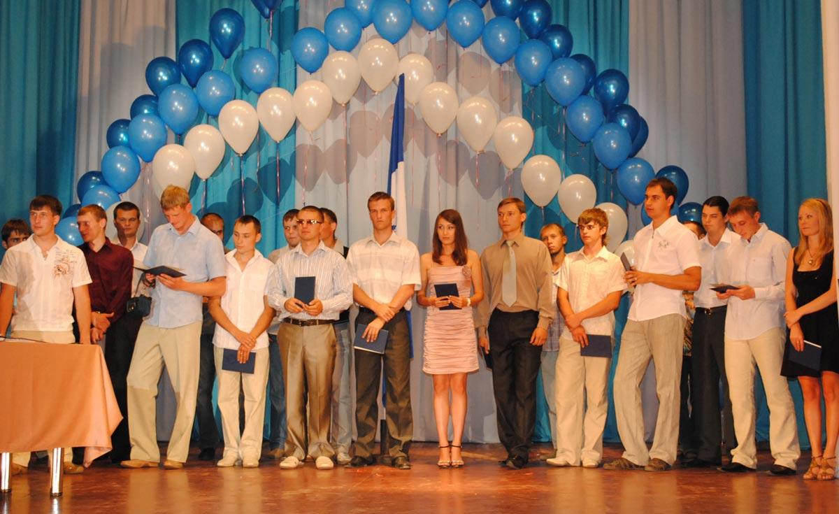 Торжественная часть выпускной. Фото с сайта shkolabuduschego.ru