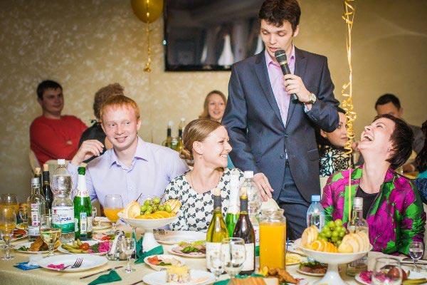 Многое зависит от хорошего выбора ведущего. Фото с сайта molodozhenam.ru