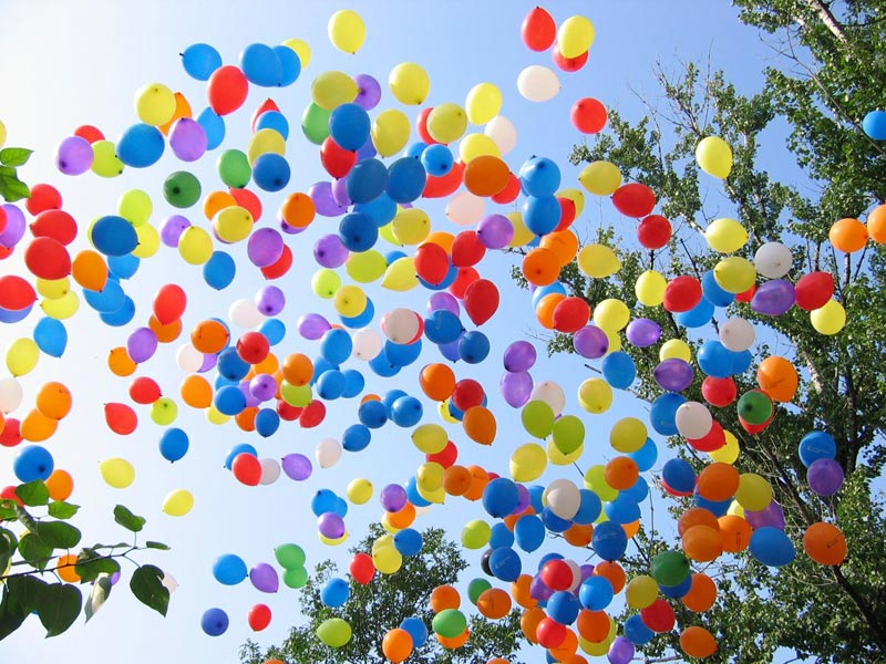 Воздушные шары обычно - отличный вариант. Фото с сайта www.masteraprazdnikov.ru