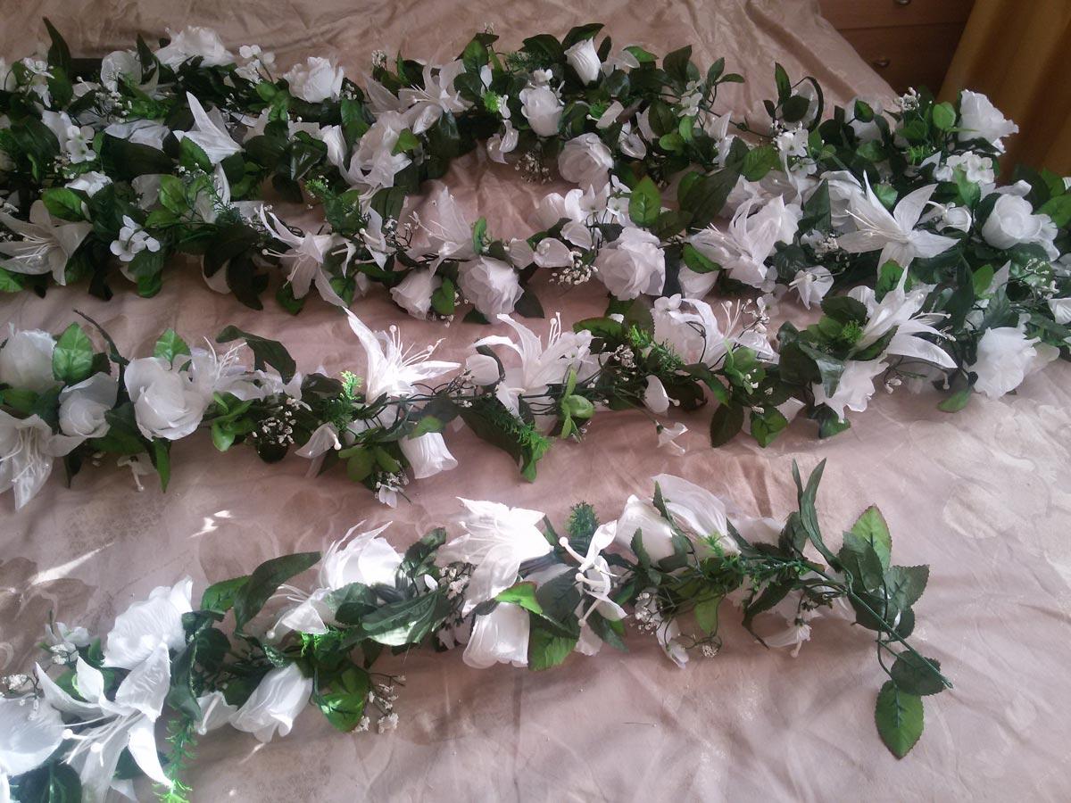 Гирлянды из искусственных цветов могут быть очень красивы. Фото с сайта nevesta.info