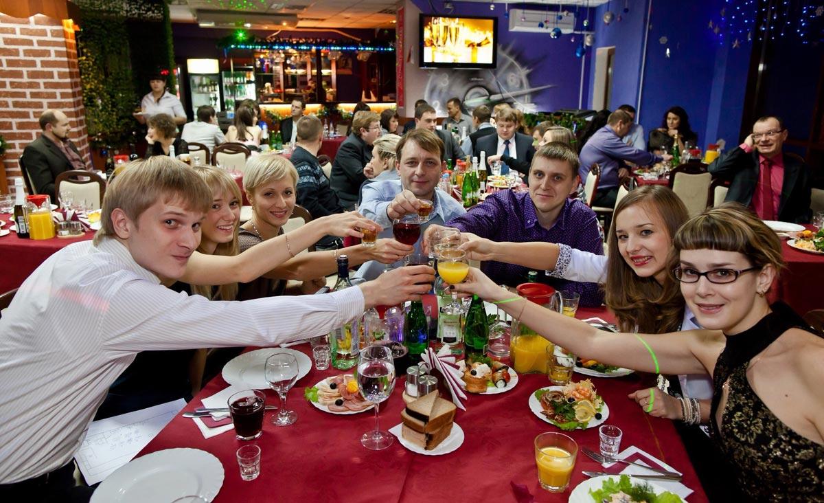 Все выпускники за одним столом. Фото с сайта megapolis64.ru