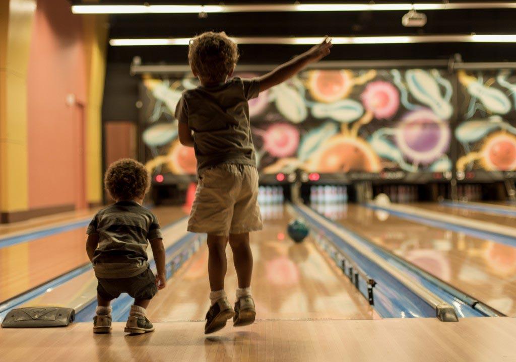 Подарите ребенку поход в боулинг. Фото с сайта www.goodfon.ru