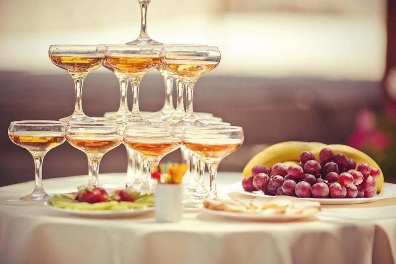 Горка шампанского - популярная идея. Фото с сайта sev-event.com