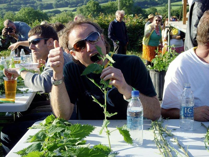 Необычный конкурс на поедание крапивы. Фото с сайта econet.ru