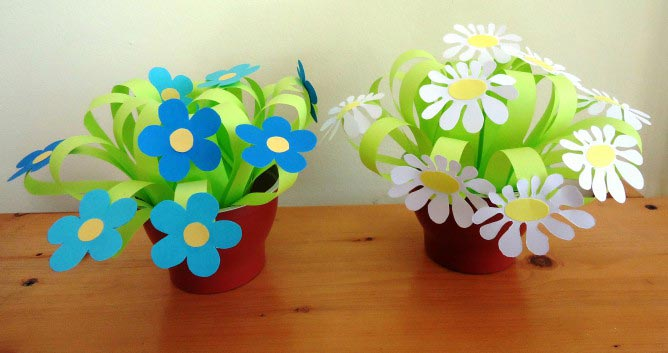 Цветы из бумаги легко сделать даже ребенку. Фото с сайта www.maam.ru