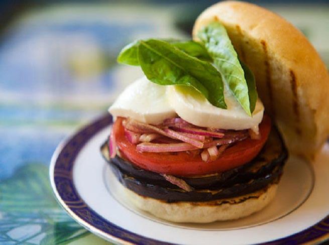 Оригинальный гамбургер на праздник. Фото с сайта barbecuebabes.com