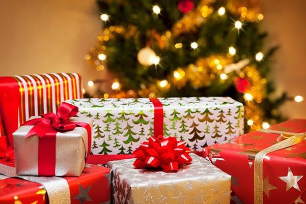 Подарки, конечно, нужно спрятать под елочку. Фото с сайта www.spletnik.ru