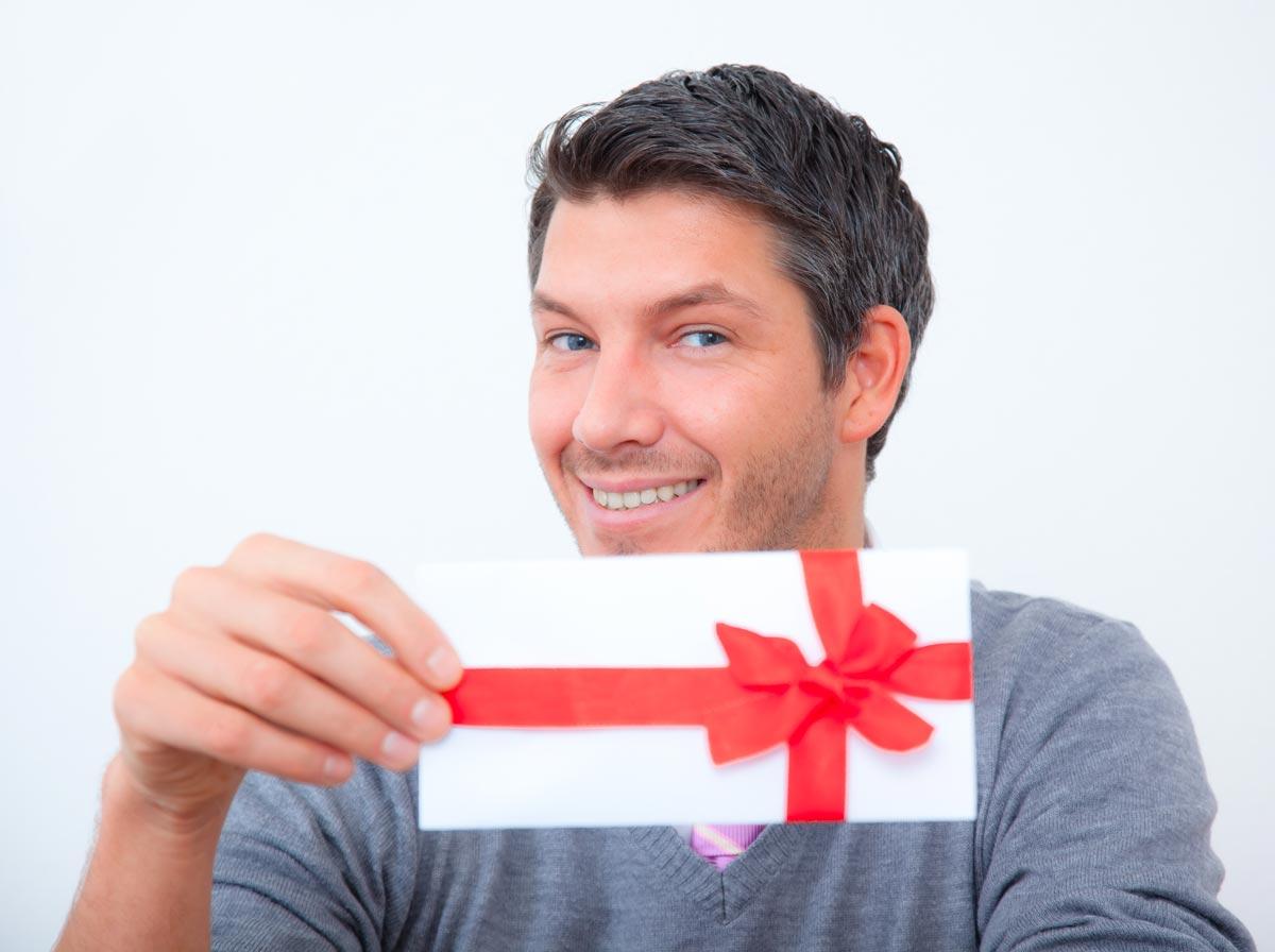 Лучше поздравить каждого мужчину отдельно. Фото с сайта www.blog-greerplastics.com
