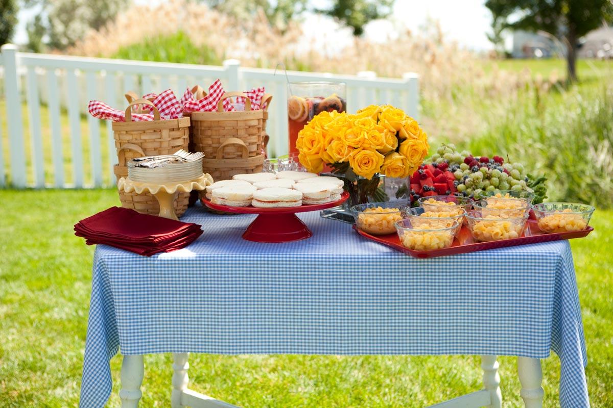 Стол на день рождения на природе. Фото с сайта onecharmingparty.com