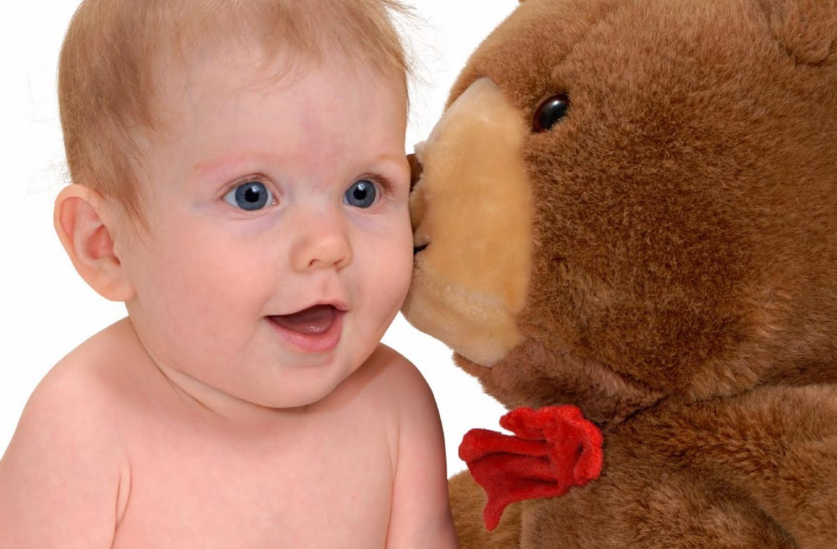 Конечно, малыша порадует игрушка. Фото с сайта www.emotionaldevelopment.org
