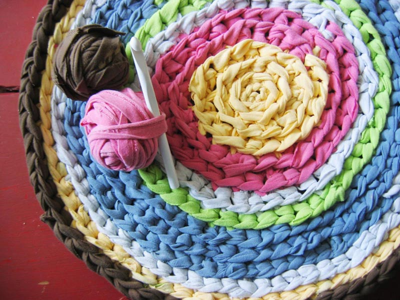Сделайте коврик своими руками. Фото с сайта skachatkartinki.ru