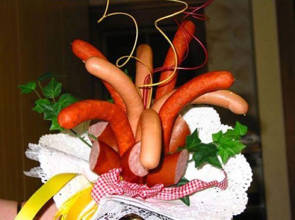 Креативный букет из сосисок. Фото с сайта liberty15.ru