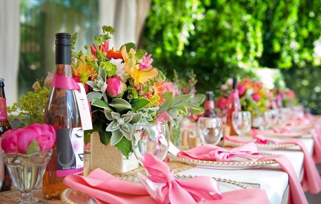 Яркий цветочный стол. Фото с сайта celebrationsathomeblog.com