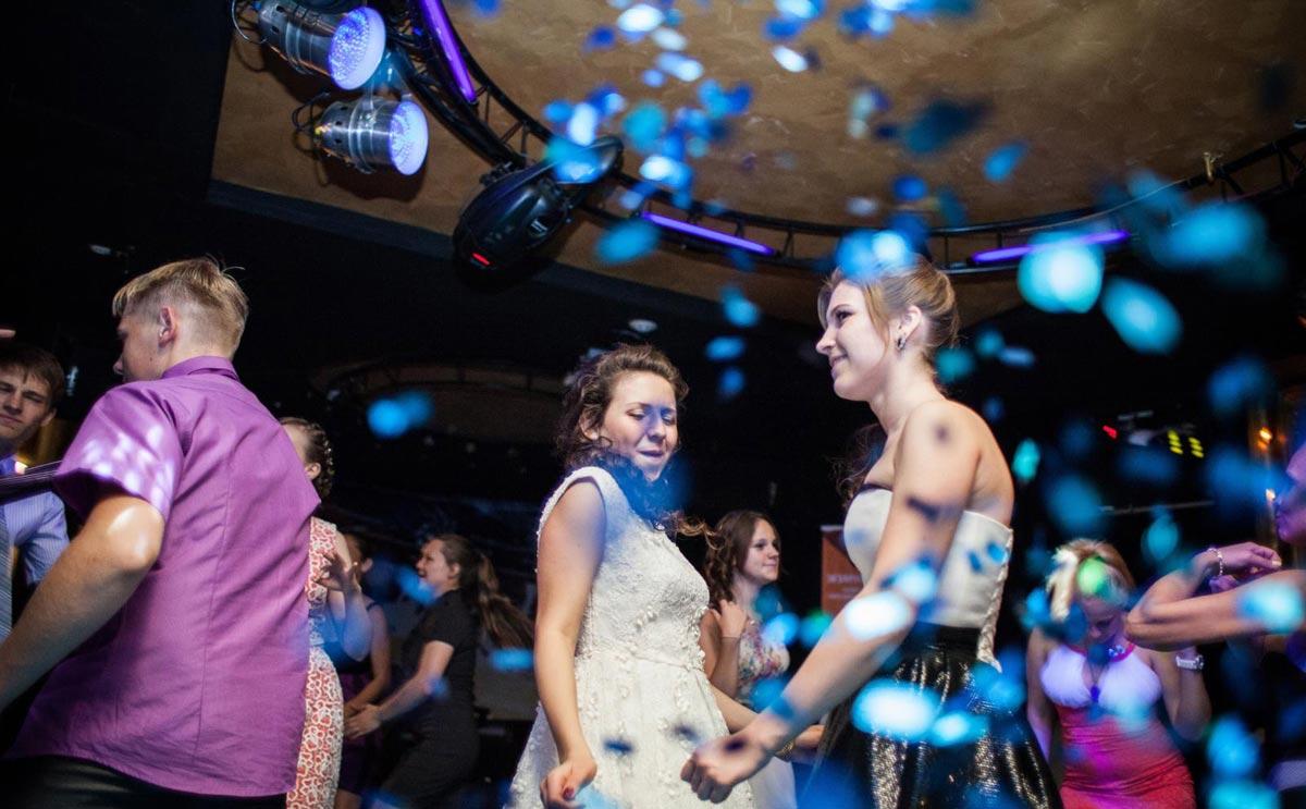 Музыкальная программа должна устроить и выпускников, и взрослых. Фото с сайта www.djmaxmarfin.ru