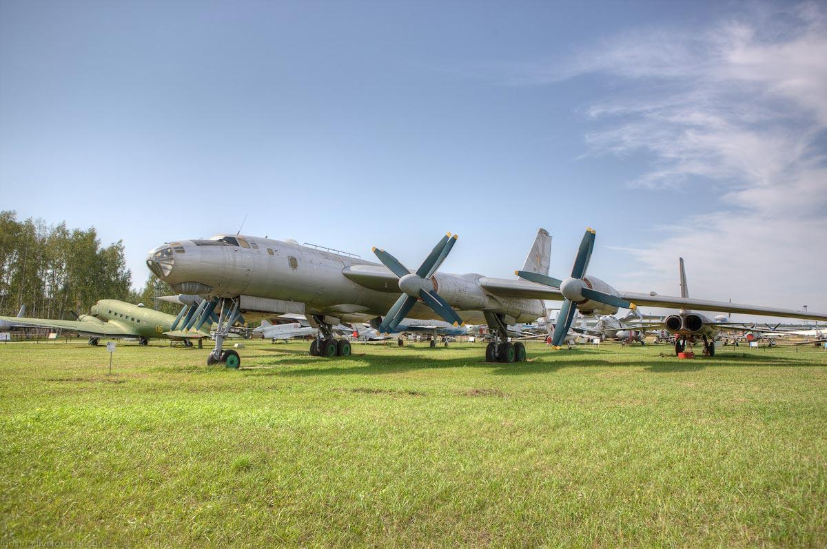 Самолет на поле. Фото с сайта pikabu.ru