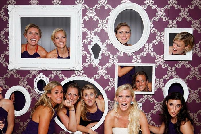 Популярный вариант фотозоны с рамочками. Фото с сайта onebigday.ru