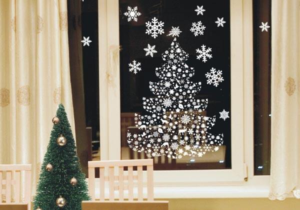 Оригинальное украшение окна снежинками. Фото с сайта g.io.ua