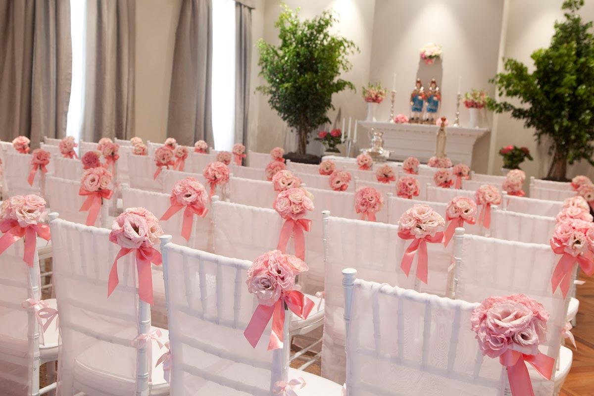 Свадебный декор для стульев. Фото с сайта caroladuarte.hospedagemdesites.ws
