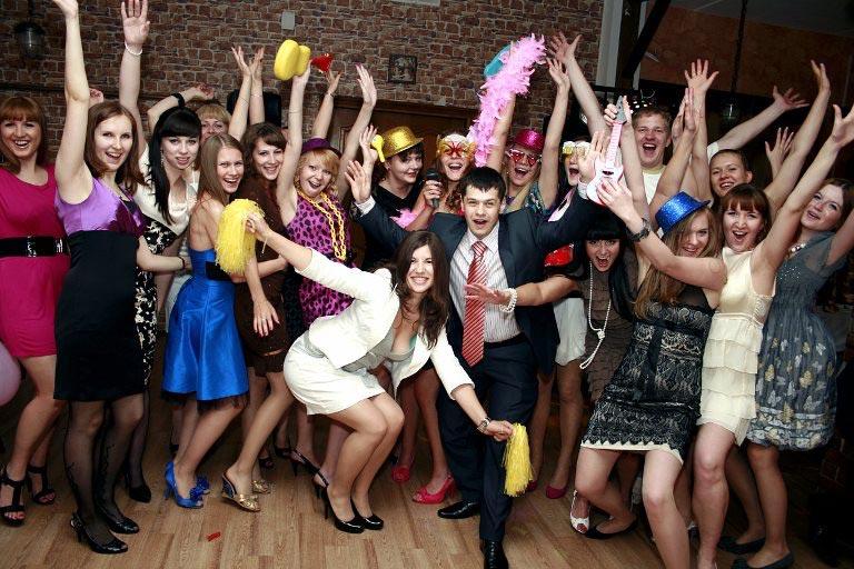 Веселая компания друзей – залог отличного праздника. Фото: chto-podarit-parnyu.ru