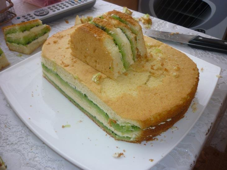 Можно сначала заполнить бисквиты кремом. Фото с сайта www.koolinar.ru
