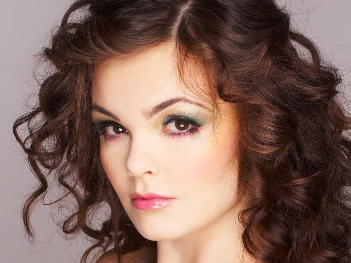 Густые локоны на средние волосы. Фото с сайта www.wall-pix.net