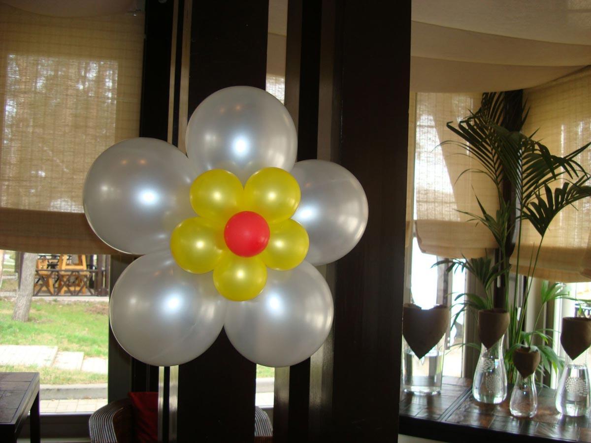 Простые цветы из шаров. Фото с сайта чудомаг.рф