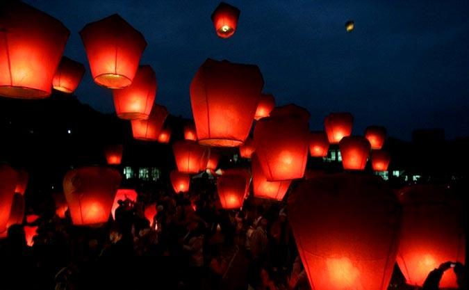 Сделать самому небесный фонарик может быть непросто. Фото с сайта www.global.soc.spbu.ru