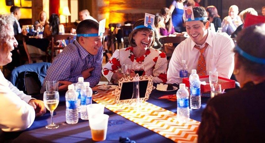 Алкогольные игры подойдут для взрослой компании. Фото с сайта www.svadebka.ws