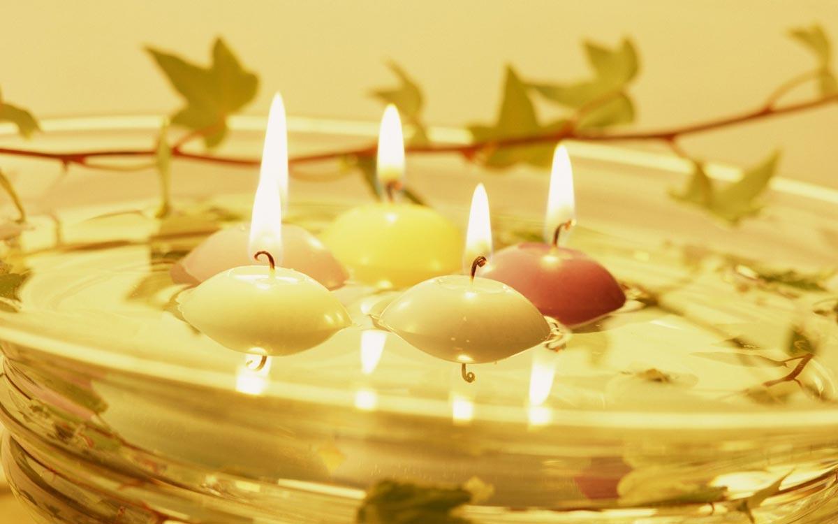 Плавающие свечи выглядят эффектно. Фото с сайта wallpapers3.hellowallpaper.com
