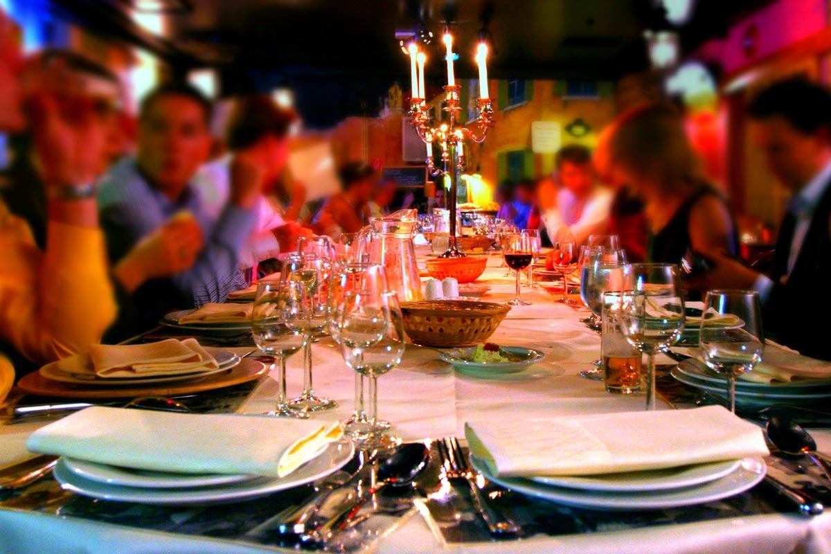 Сервировка стола играет большую роль. Фото с сайта infoglaz.ru