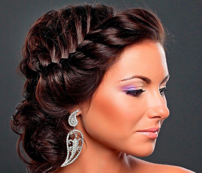 Обычная коса может стать шикарной праздничной прической. Фото с сайта funlib.ru
