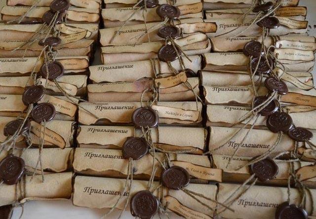 Стильное приглашение в форме свитка. Фото с сайта tchkcdn.com
