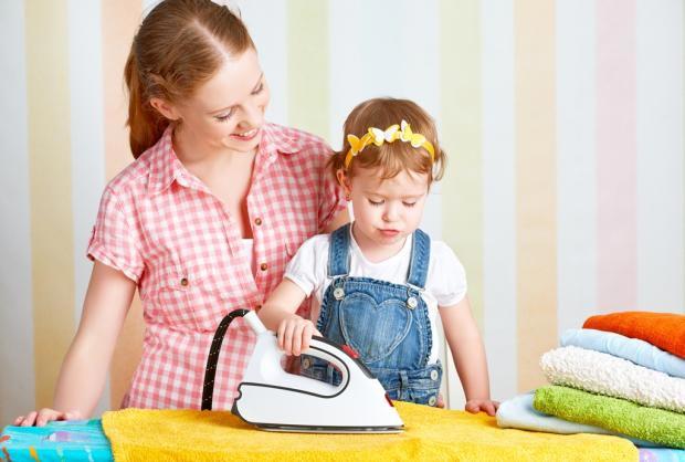 Девочка уже хочет во всем подражать маме. Фото с сайта www.damex.ru