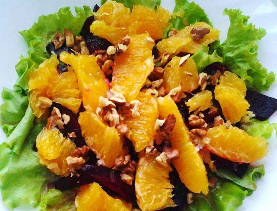 Салат из фруктов может быть сытным и вкусным. Фото с сайта jisty.com.ua
