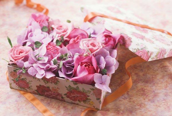 Цветы в этот день будут уместны как никогда. Фото с сайта artfile.ru