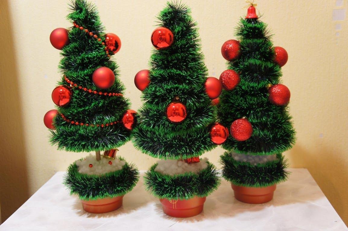 Простая елочка из мишуры. Фото с сайта ytimg.com